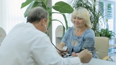 The doctor measures the pressure of patient — Vídeo de stock