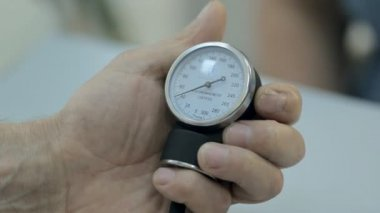 Close-up of a monitor of tonometer — Stockvideo