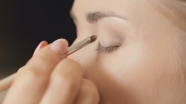 Visagist puts shadow on the eyelid, close-up — Vidéo
