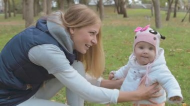 Mom and a toddler girl in the park — Stock Video