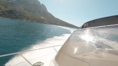 Man drives the yacht — Vídeo stock