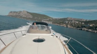 Man drives the yacht — Stock Video