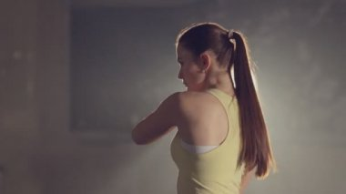 Purposeful girl in good shape makes a workout in the gym — Stock Video