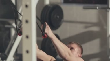 Sportsman doing chin-up in gym — 图库视频影像