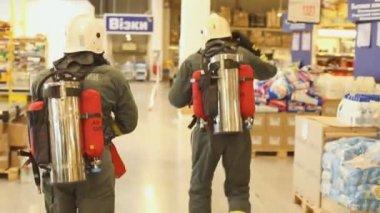 Sevastopol, Crimea, Russia - March 26, 2015: Firefighter exercises. Firemen evacuates man from supermarket — Vídeo de Stock