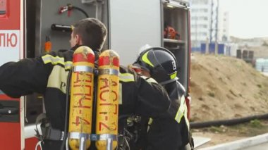 Sevastopol, Crimea, Russia - March 26, 2015: Firefighter exercises. Firemen raise the stairs, take out the fire hose and prepare to work — Vídeo stock