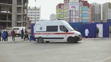 Sevastopol, Crimea, Russia - March 26, 2015: Firefighter exercises. Ambulance with patient quickly ride through the city to the clinic with siren — Stock Video