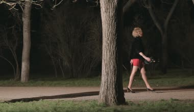 Beautiful girl in heels running through the dark park from the maniac — Stock Video