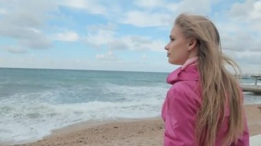 Ragazza romantica sognando in mare costa — Video Stock