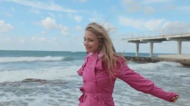 Happy girl walking on the beach and smiling at the camera — Stok video