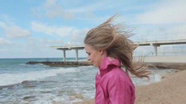 Happy girl walking on the beach and smiling at the camera — Wideo stockowe