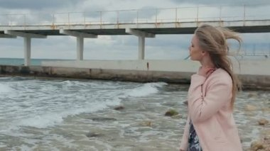 Beautiful girl is sad near the sea — Stock Video