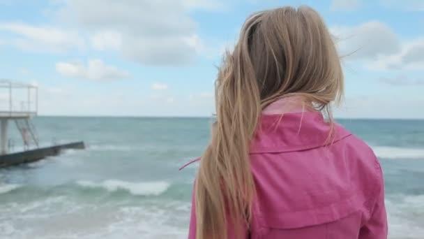 Fille romantique rêvant en mer côte — Vidéo