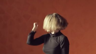 Vigorous blond woman in a short top and tights dancing twerk — Stock Video