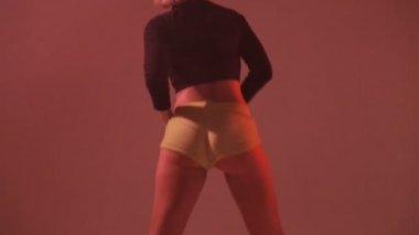 Girl sexy moving her ass dancing twerk in studio in the smoke — Stock Video