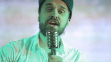 Brutal guy sings a song in karaoke — Stock Video