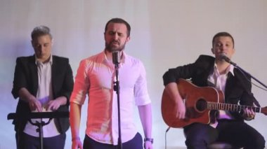 Singer, guitarist and dj performing in karaoke — Stock Video