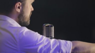 Love song in the night club of the sexy man with the beard in the retro style microphone — Stock Video