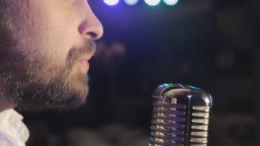 Passion singing in retro microphone in karaoke — Stock Video