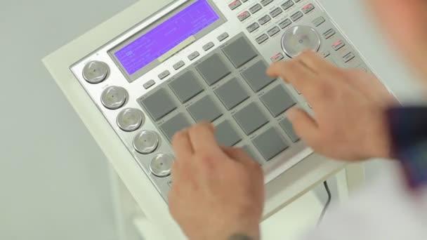 The famous DJ mix music on DJ mixer in studio — Vidéo