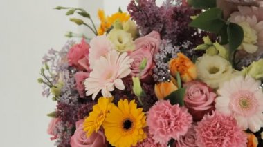 Florists make a huge bouquet from a variety of colorful flowers — Stock Video