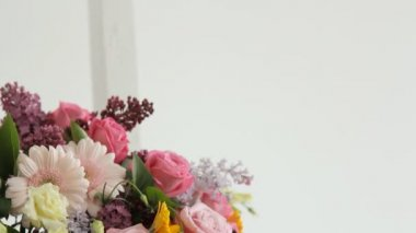 Florist makes photo on the phone of colorful bouquet composed of various flowers — Stock Video