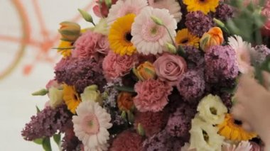 Florist makes a huge beautiful multicolored bouquet consisting of different flowers — Stock Video