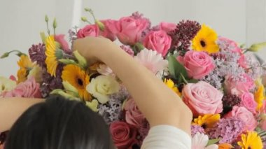 Florists make a fashion bouquet from a huge variety of colorful flowers — Stock Video