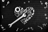 Corazón de las herramientas y las tuercas de tornillo negro — Foto de Stock