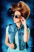 Стильная девушка модель с ретро прически — Стоковое фото