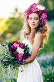 Fashion Beauty Model Girl with flowers in the hair in a wedding dress. — Stock Photo