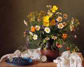 Still life with a bouquet of summer flowers. — Stock Photo