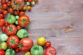 Fresh red and green tomatoes on a table at the left — Stock Photo