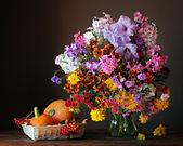 Натюрморт с букетом, тыквы и ягоды — Стоковое фото