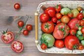 Frische rote und grüne Tomaten in einem Korb — Stockfoto