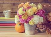 Still life with a bouquet of chrysanthemums. — Stock Photo