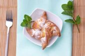 Curd bun with powdered sugar — Stock Photo
