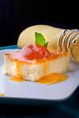 Pudding with apricot jam — Stock Photo