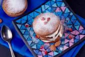 Mini cupcakes with cream — Stock Photo