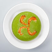 Spinach soup with shrimps On white round dish — Stock Photo