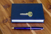 Note Pad, Pen and key. — Φωτογραφία Αρχείου