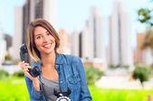 Ung cool kvinna med en telefon — Stockfoto