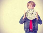 Child holding a clock — Stock fotografie