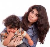 Interessato mamma che tiene suo figlio arrabbiato — Foto Stock
