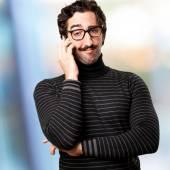 Pedantský muž mluví na telefonu — Stock fotografie