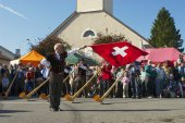 Man performs traditional flag twirling in Affoltern Im Emmental, Switzerland. — Stock Photo