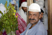 Man sells khat (Catha edulis) at the local market in Lahij, Yemen. — Foto Stock