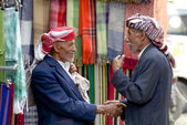 Two men shake hands at the market in Sana'a, Yemen. — Stockfoto