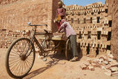 Two workers load bicycle with bricks in Dhaka, Bangladesh. — Stock Photo