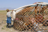 Mongolian men assemble yurt (ger or nomadic tent) in steppe circa Harhorin, Mongolia. — Stock Photo